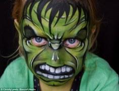 ¡Divertido! Una madre dibuja en la cara de su hija