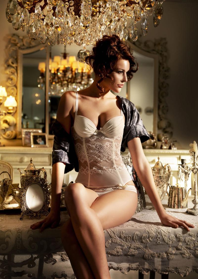 La supermodel Victoria Moore posa sexy para 《MAXIM