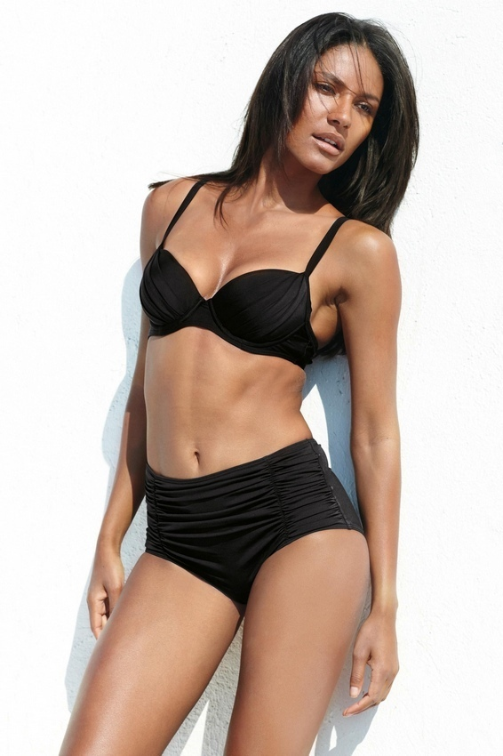 modelo brasile a emanuela de paula posa sensual con bikini