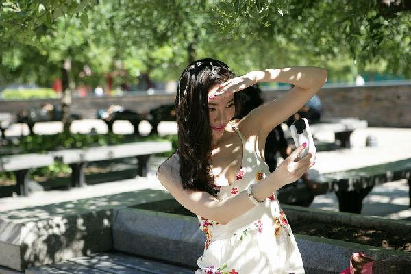 Bellezas chinas bajo el sol de verano en la calle Wangfujing
