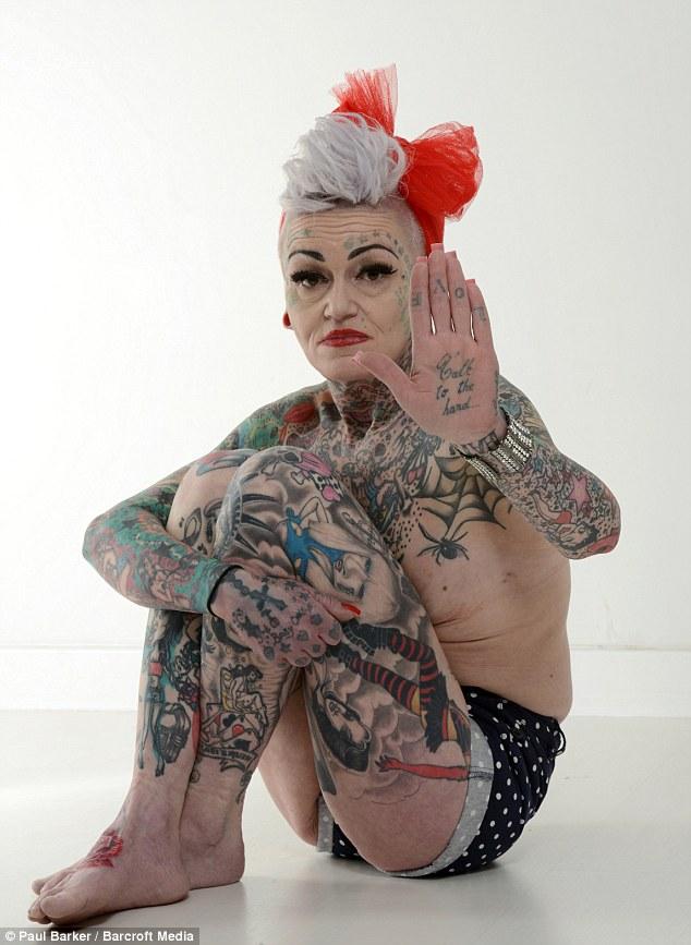 Mujer divorciada se declara adicta a los tatuajes que