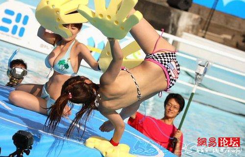 Modelos de bikini de arte joven