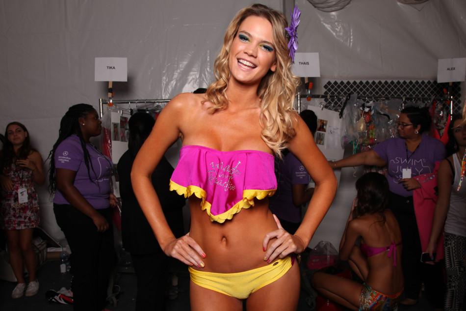 Modelos sensuales en la fiesta de moda de traje de ba o de for Modelos de baldosas para banos