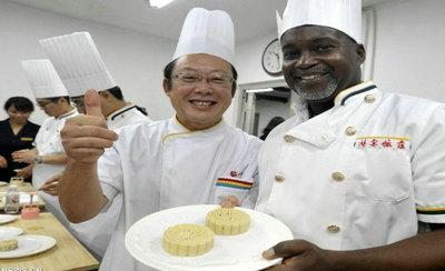 Los extranjeros aprenden a hacer pasteles de luna