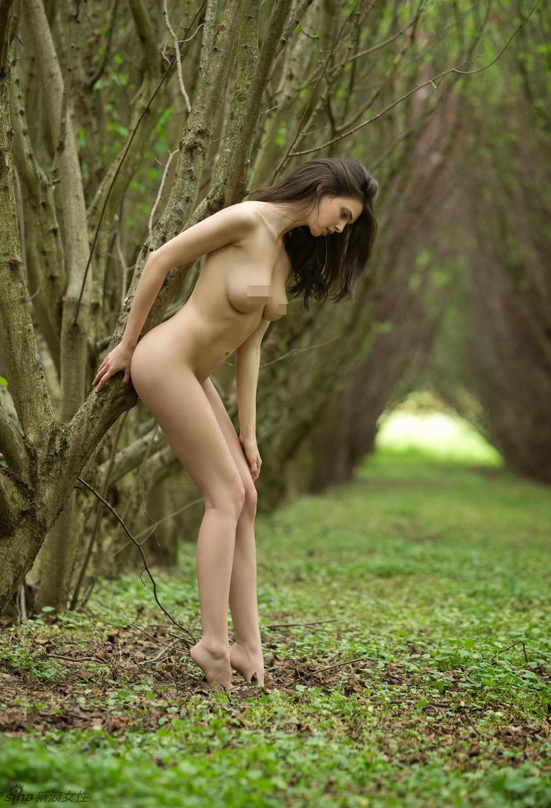 chicas desnudas en la calle