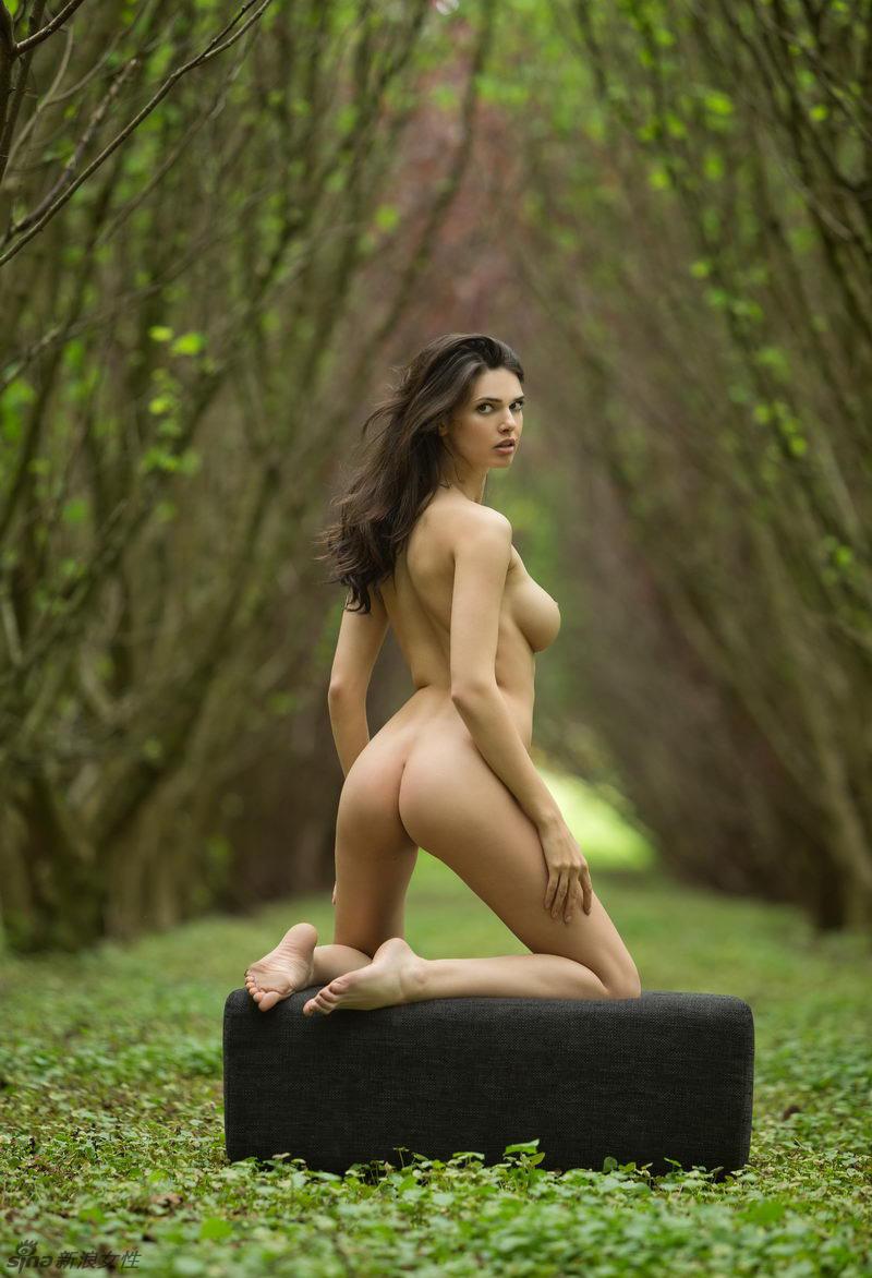 Chica desnuda en el bosque