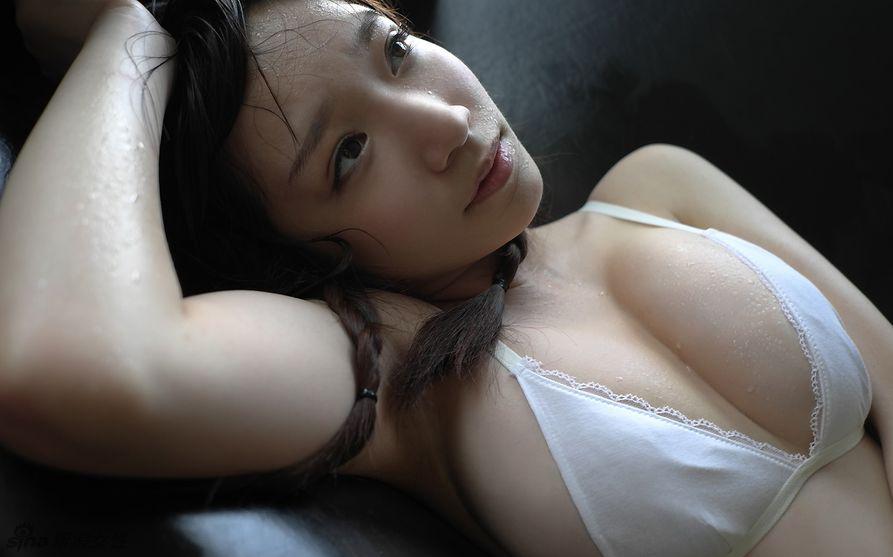 Japonesa seductora Airi Shimizu lo enseña todo para la cámara