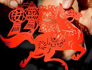 Artistas folklóricos muestran obras de papel recortado para el año de caballo