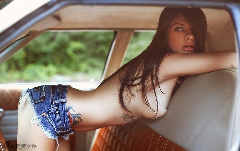 Joven chica desnuda