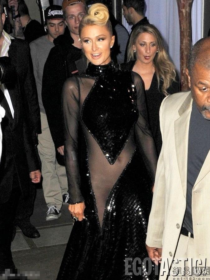 Presenta Paris Hilton en la fiesta sin sostén y braga ... Paris Hilton