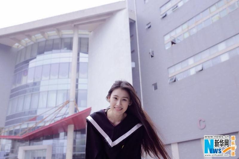 Diosa de la Academia de Cine de Beijing posa para fotos de graduación