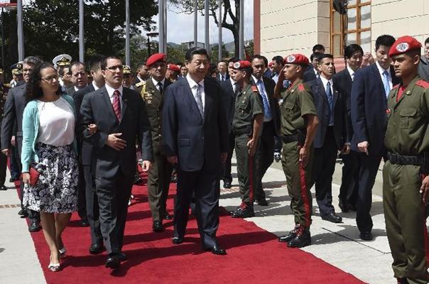 Xi visita mausoleo de Chávez para rendir homenaje a un 'gran amigo' de China