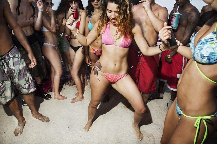 Pelirroja adolescente en la playa