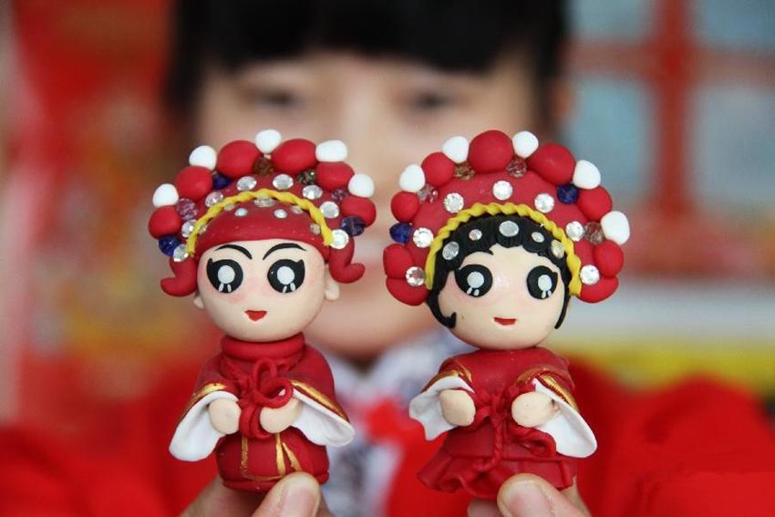 Joven china hace figuritas de harina a mano para recibir el Festival de QiXi