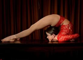 Joven chica de Inglaterra muestra su belleza y flexibiblidad suprema