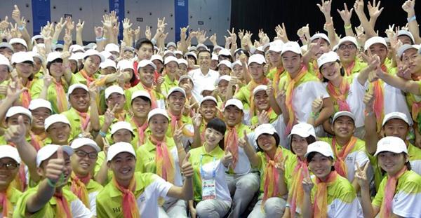 Premier chino visita a los voluntarios de los Juegos Olímpicos de la Juventud en Nanjing