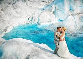 ¡Bellísima! fotografías románticas de novios en zona glaciar de Alaska