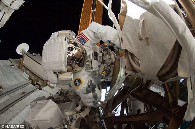 Espectaculares selfie de un astronauta en el espacio 3