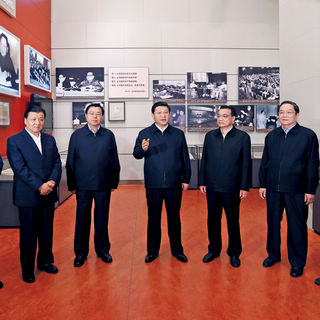 """Xi Jinping en la En la exhibición """"El Camino de la Revitalización"""" en 2012"""