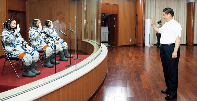 Xi Jinping saluda a los astronautas en 2013