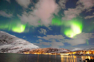 Maravillosa aurora ilumina fiordos de Noruega