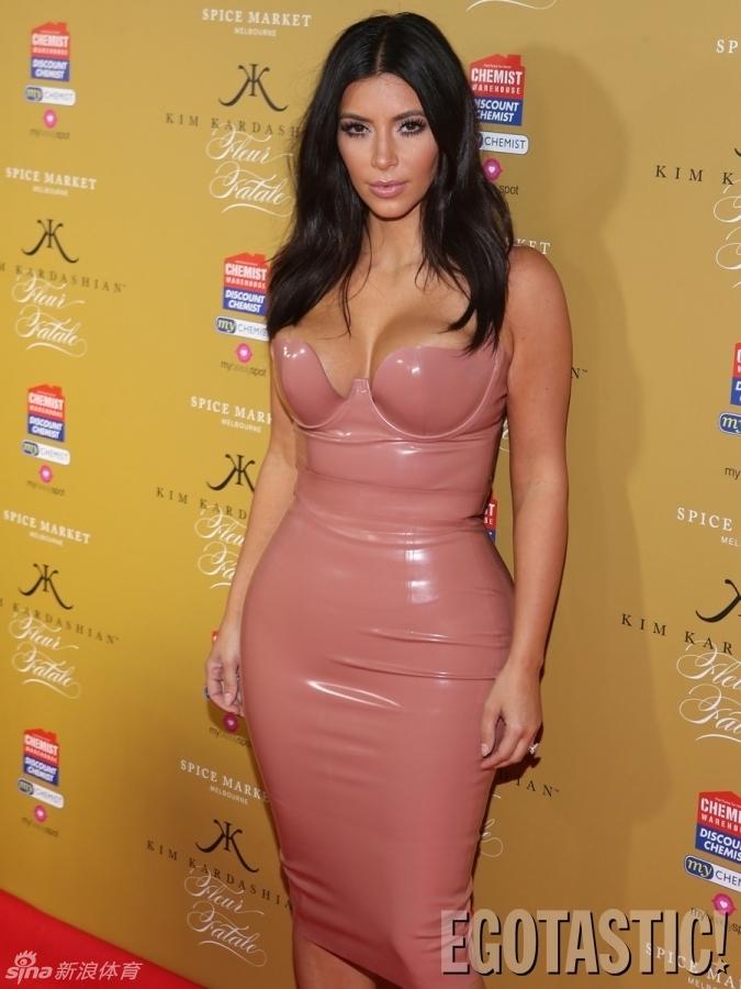 Kim Kardashian posa en... Kim Kardashian