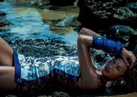 Candice Swanepoel destaca su belleza salvaje en la playa