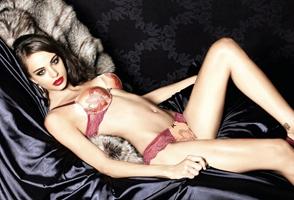 La sexy sudafricana Nicole Meyer luce sus curvas atractivas