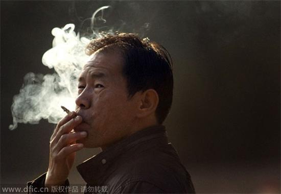 ¿Deben los fumadores pagar más por seguros de vida?