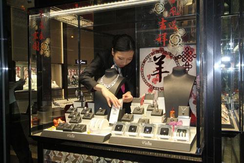 Una niña roba un collar de diamantes de más de 4 millones de euros en Hong Kong