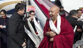 Miembros de la III Sesión del XII Comité Nacional de la CCPPCh de Tíbet llegan a Beijing