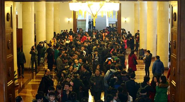Periodistas esperan la carnet para ingresar a las dos sesiones