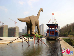 un ´´rio de cielo´´ artificial en Chongqing, con un dinasaurio y un barco