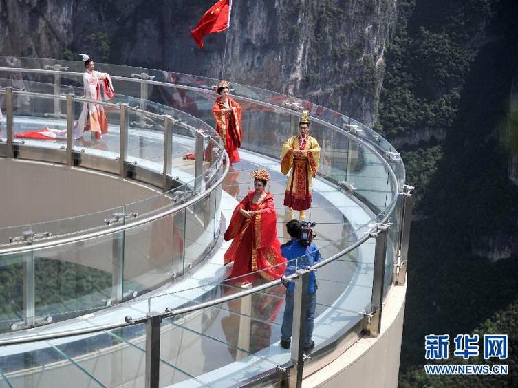 Inauguran puente vidrio voladizo más largo del mundo en Chongqing, China