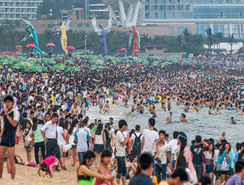 Miles de visitantes abarrotaron la playa de Shenzhen en el día del trabajador