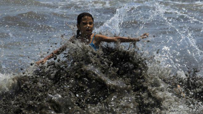 Un derrame de nitrato de amonio en el Pacífico pone en alerta a Costa Rica