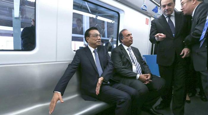 El primer ministro Li Keqiang recorre Río de Janeiro en el nuevo tren hecho por China