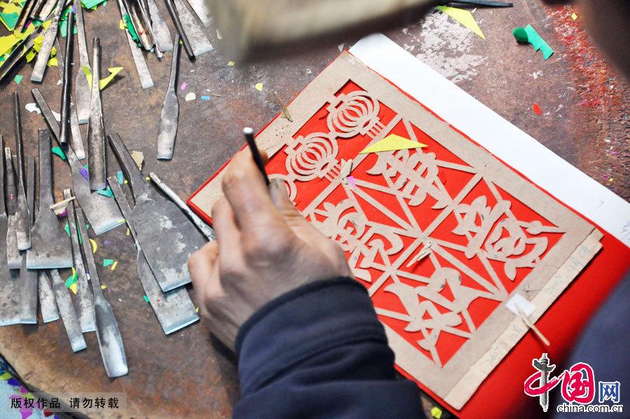 Enciclopedia de la cultura china: Rizhao de Shandong: elaboración manual de papel colgante para la puerta, una insistencia solitaria 1