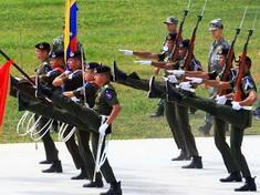 Entrenan los soldados extranjeros para el desfile militar