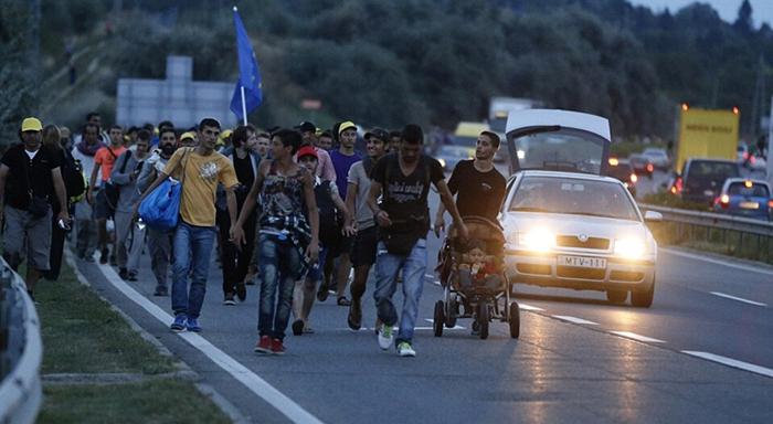 Cientos de refugiados se dirigen a Austria