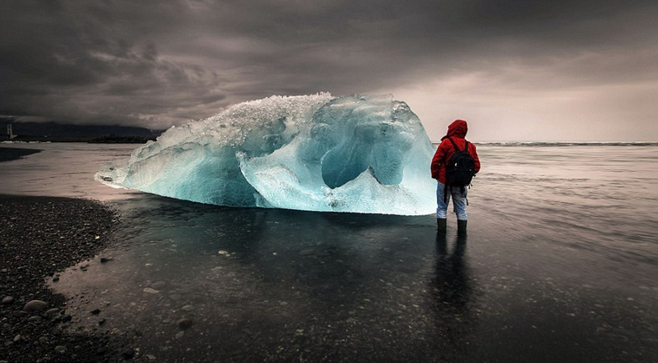 Bello paisaje de lago glaciar en Islandia