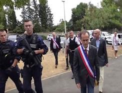 Un alcalde francés entra en las casas de los refugiados para decirles que no son bienvenidos