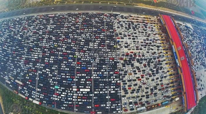Denso tráfico convierte a las carreteras en gigantescos estacionamientos