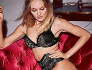Candice Swanepoel posa sexy en su dormitorio