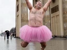 Un hombre lleva un tutú rosa hace feliz a su mujer