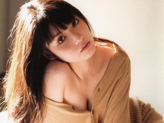 Estrella japonesa Michishige Sayumi posa dulce y sexy