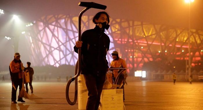 Hombre transforma el smog de Beijing en ladrillos para la construcción