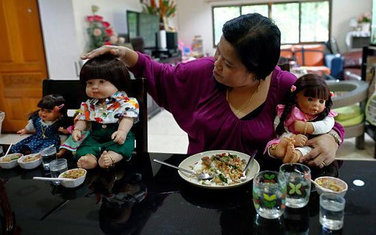 Tailandia prohíbe la venta de billetes de avión para las muñecas Look thep3
