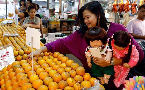 Tailandia prohíbe la venta de billetes de avión para las muñecas Look thep1