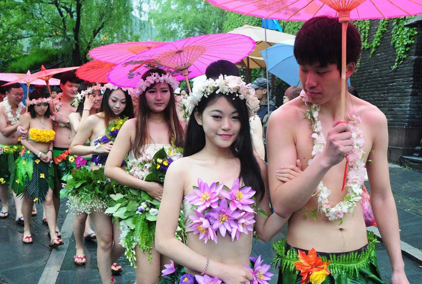 Varias parejas celebran boda en grupo desnudos